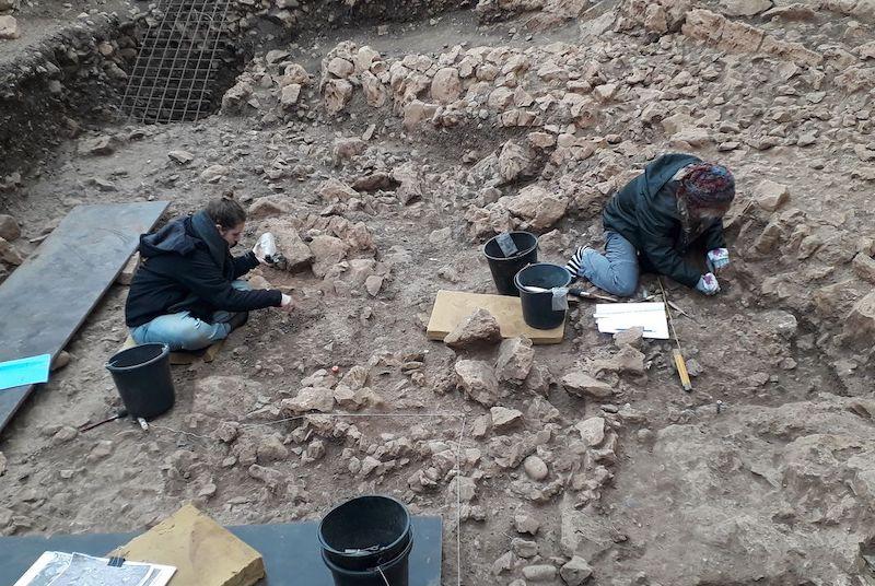 El-Wad Terrace'ta bir Natufian evinin kazılması. C: Reuven Yeshurun